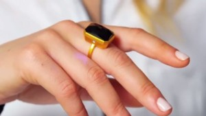 Bluetooth bling: ring alerts wearer to incoming calls