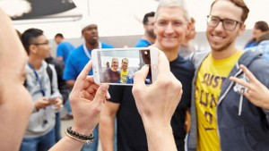 iPhone 6 launch: Tim Cook kicks off sale at Palo Alto Retail Store, obliges fans with selfies